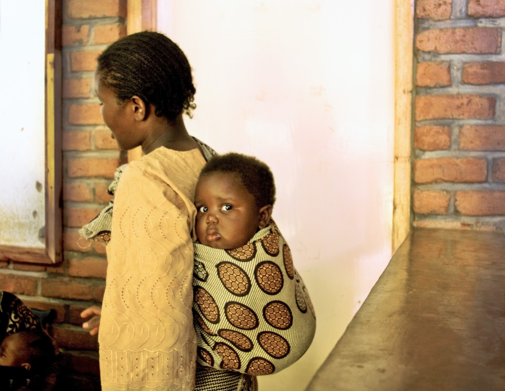 A mother with her baby at Dignitas International's Tisungane Clinic in Zomba, Malawi. In 2016, Dignitas helped put close to 14,000 pregnant women on HIV treatment.